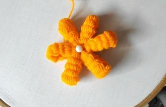 利用梳子做一朵漂亮的编织小花