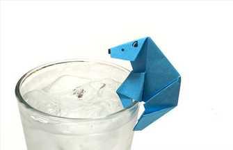 折纸玻璃杯上的北极熊